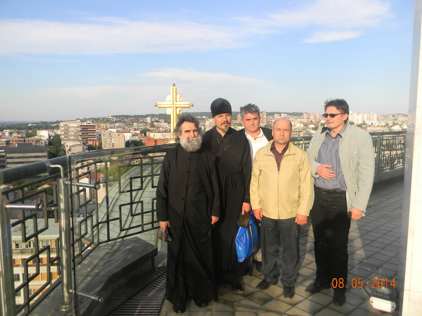 Отац Олег други с лева из Кјахте са својим србским пријатељима на куполи храма Светог Саве у Београду